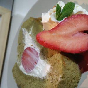 Cake roulé au thé vert et fraises